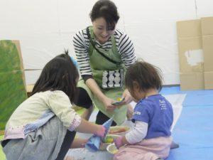 「認定講座の内容はしんどいです!!!(笑)でもね、どれも親子教室を開くなら絶対に必要な事が、網羅されているんです。   親子教室を開くなら、絶対に会田夏帆さんのぐちゃぐちゃ遊び講師の認定講座をおすすめします!!」