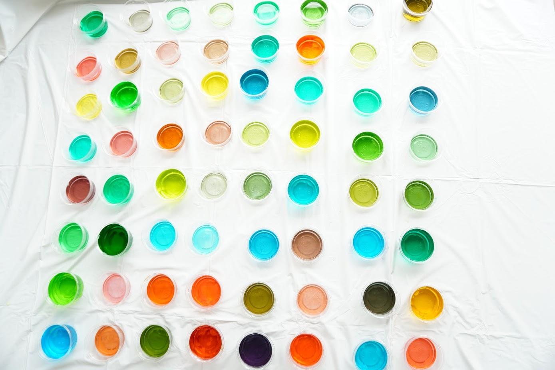 色水は科学の力を高めて、感性が豊かになる乳幼児期から絶対体験したい遊びです