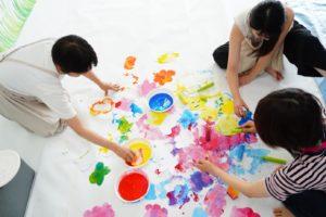 せっかく習いごとをするならお勉強ができる幼児教室の方が遊び中心のぐちゃぐちゃ遊びよりいいのでは?
