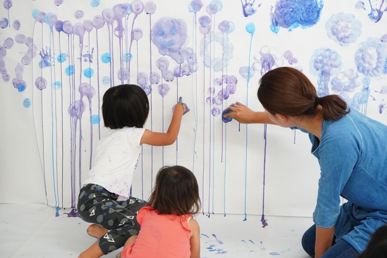 雨を1、2歳児が表現したら幻想的な世界に